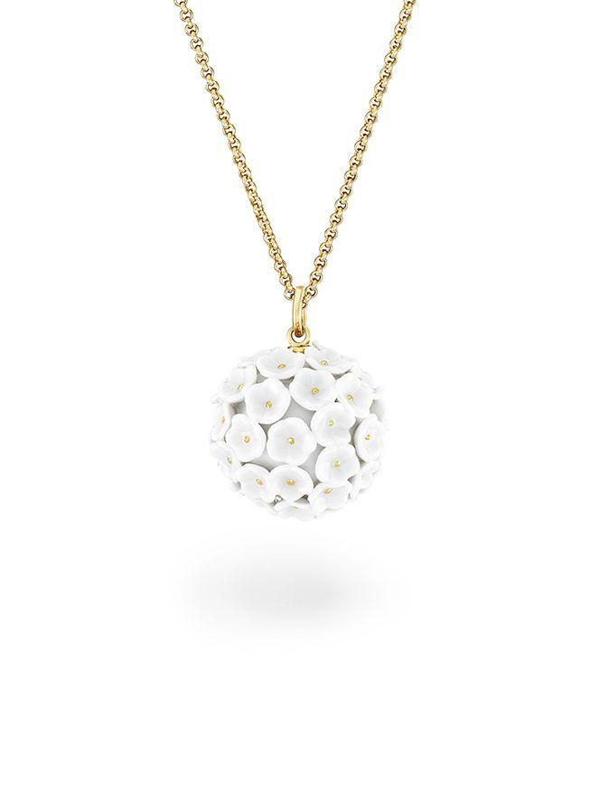 Anhänger aus Meissener Porzellan® Schneeballblüte weiß, Blütenstempel gold staffiert, Ø 2,8 cm