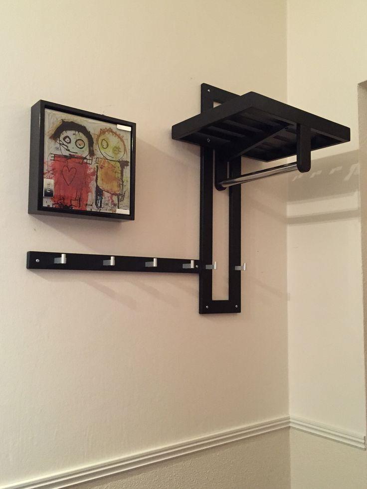 Liten hatthylla, extra krokar och ett nyckelskåp; allt man behöver i en liten hall Hallen