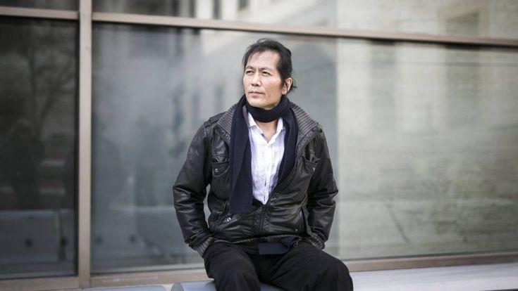 """El filósofo surcoreano Byung-Chul Han: """"Se vive con la angustia de no hacer siempre todo lo que se puede"""", y si no se triunfa, es culpa suya. """"Ahora uno se explota a sí mismo figurándose que se está realizando; es la pérfida lógica del neoliberalismo que culmina en el síndrome del trabajador quemado"""". Y la consecuencia, peor: """"Ya no hay contra quien dirigir la revolución, no hay otros de donde provenga la represión"""". Es """"la alienación de uno mismo"""", que en lo físico se traduce en anorexias o…"""