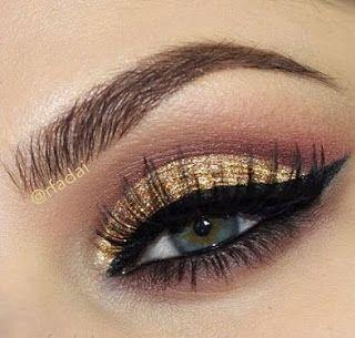 Maquillaje en dorado con delineado ojo de gato