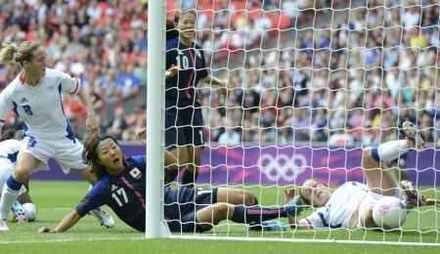 日本―フランス 前半、先制ゴールを決める大儀見=ウェンブリー競技場(共同)