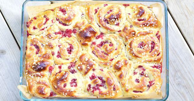 Hämmentäjä: Soft cranberry and vanilla tear-apart bun. Puolukka-vaniljapulla