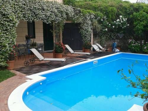 Villa Cirrincione Vacanze Da Sogno Bagheria Set in Bagheria, this apartment is 1.6 km from Villa Cattolica. Free private parking is available on site.  There is a dining area and a kitchen complete with an oven, a toaster and fridge. A flat-screen TV is offered.