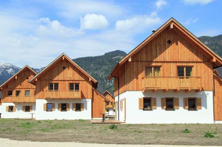 Chalet Hallstättersee  In Obertraun aan de voet van het imposante Dachsteingebergte en aan de oever van de schilderachtige Hallstattersee bij het bekende Hallstatt staat dit luxe chalet in een uniek vakantiedorp Obertraun ligt ten zuidoosten van Salzburg in het omvangrijke merengebied Salzkammergut 039s Zomers een zeer populair vakantiegebied en 039s winters een veel bezocht skigebied Het gebied is zo uniek dat het in 1997 als Werelderfgoed is toegevoegd aan de lijst van UNESCO Het luxe…