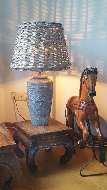 Lampenvoet bewerkt met muurvuller en deco verf, lampenkap gemaakt van kerstboom mand.