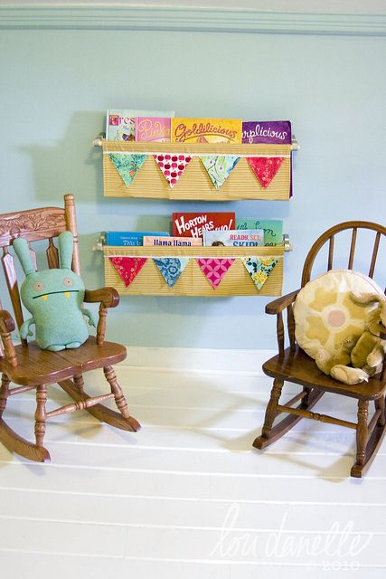 hanging fabric bookshelf....this might be cute in the playroom...and I love the bunting too!
