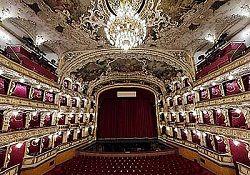 Начались работы по реконструкции Пражской Государственной оперы. В ходе ремонта планируется восстановить оригинальный вид зала в стиле нео-рококо, обновить репетиционные помещения на цокольном этаже и полностью заменить оборудование сцены. Кроме того, в буду�