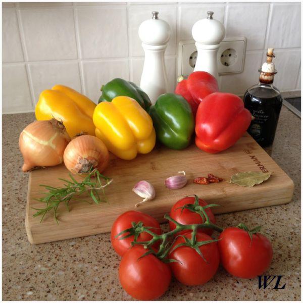 Deze antipasti is zeer geschikt voor vegetariërs. De combinatie ui, paprika en tomaat doet het altijd goed. En het kan zowel warm als koud gegeten worden. Het is ook geschikt als bijgerecht. Ingred…