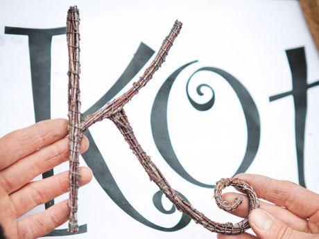 Rujo koivurisu taipuu kauniiksi kirjaimiksi, joista syntyy kestävä koriste kotiin.Tarvikkeet: Koivurisuja, oksasakset, sivuleikkurit, kärkipihdit, sidontaa