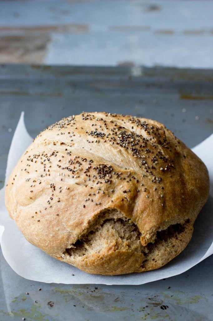 Zo´n heerlijk, ambachtelijk brood, zonder bewaarmiddelen of suiker, in grote plakken snijden om dan vervolgens een dikke laag kokosolie op een stomend boterhammetje te smeren. Heerlijk toch of met zelfgemaakte hummus!