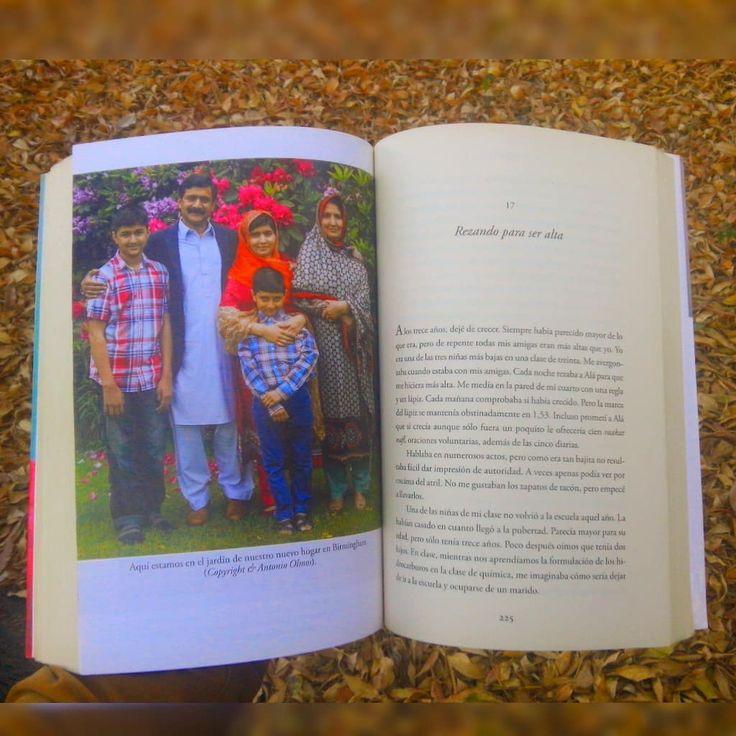 Una de las fotografías que más me gusto fue está es la familia de Malala Yousafzai y a pie de página dice lo siguiente: Aquí estamos en el jardín de nuestro nuevo hogar en Birmingham.  . . . . . #YoSoyMalala #Instabook #Biografía #Fotografía #MalalaYousafzai  #AlianzaEditorial #Familia  #PremioNobeldelaPaz2014 #bookstagrammx2 #Bookstaclubmx #BookstagramMx #Bookstagrammer #Libro #Acervo #LaBiblioteca #Librarian #Library #Pakistán #DerechoAlaEducación