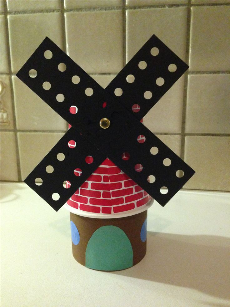 Molen gemaakt van omgekeerd papieren koffiebeker. Voorbeeld voor groep 1. Voorgeknipte stukjes muurpapier. Ramen van plakcirkels. Zelf deur laten knippen.