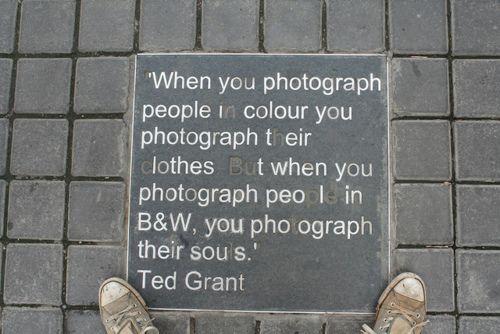 """""""Cuando fotografías personas en color tú fotografías su ropa, pero cuando tú fotografías personas en blanco y negro tú fotografías su alma"""".  Ted Grant"""