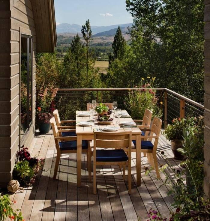Essplatz auf dem Balkon - Geländer aus Stahl und Holz
