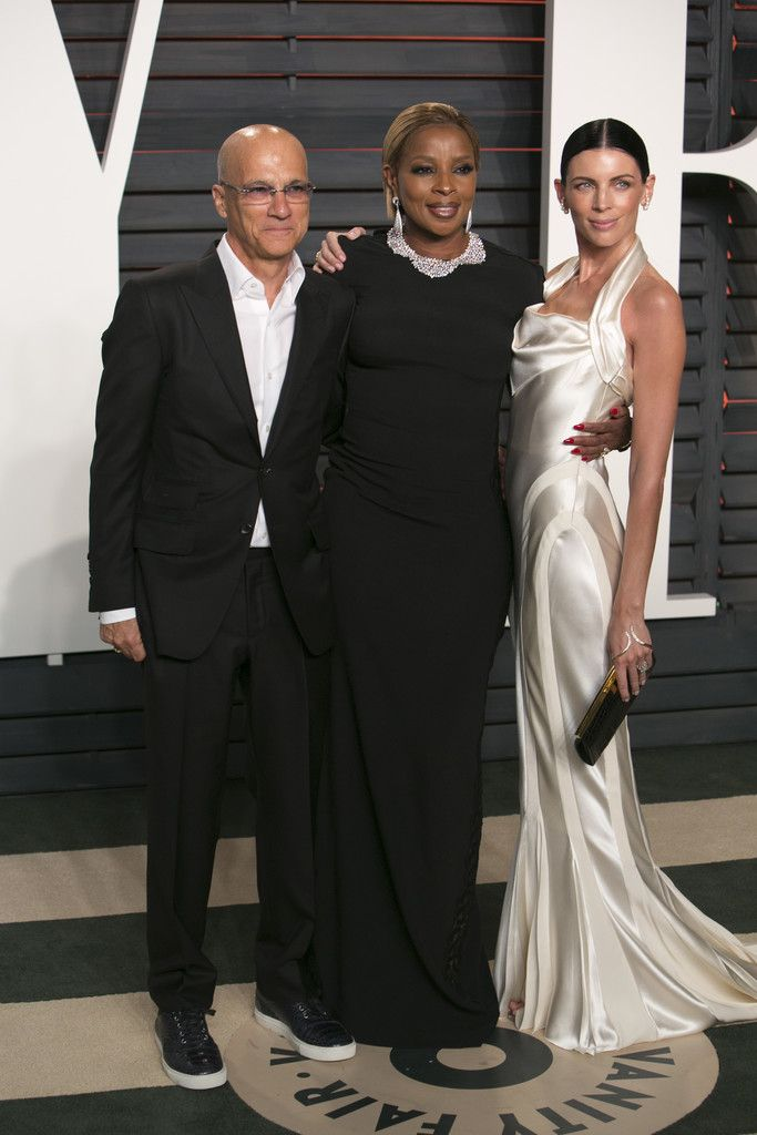 Mary J. Blige Photos Photos - Jimmy Iovine, left, Mary J. Blige, center, and Liberty Ross arrive to the 2016 Vanity Fair Oscar Party on Sunday, February 28, 2016 in Beverly Hills, California. / AFP / ADRIAN SANCHEZ-GONZALEZ - 2016 Vanity Fair Oscar Party