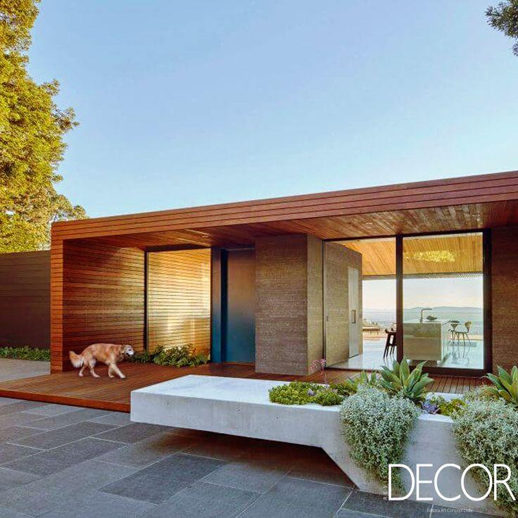 Projetada para uma família jovem que desejava uma casa de plano aberto, a Skyline House, projetada pelo escritório Terry & Terry Architecture, destaca a vista para a Golden Gate Bridge e valoriza a natureza do terreno.