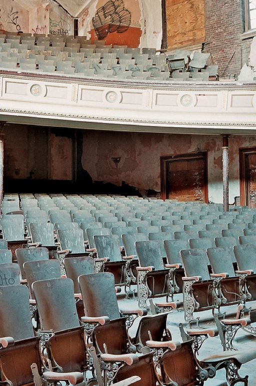 Over 70 stunning photos of abandoned theaters in USA . Very very beautiful buildings. El apocalipsis de las salas de cine
