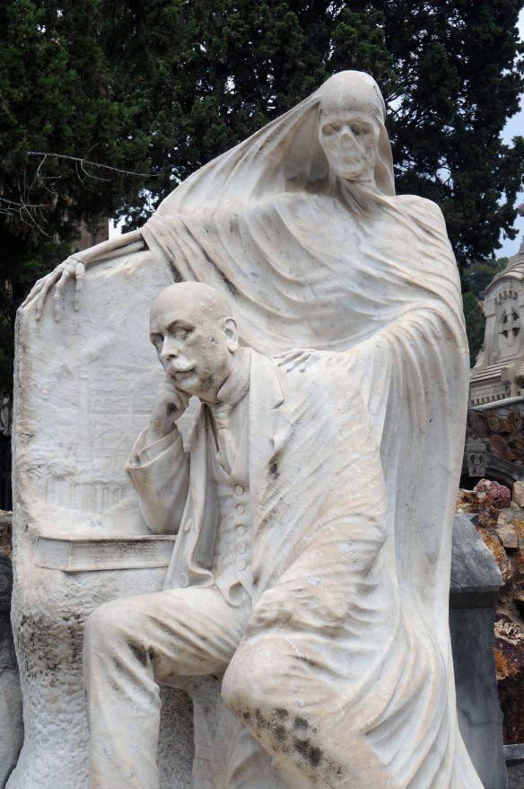 Statue dela Mort posant sa main sur un homme assis, cimetière deMontjuïc