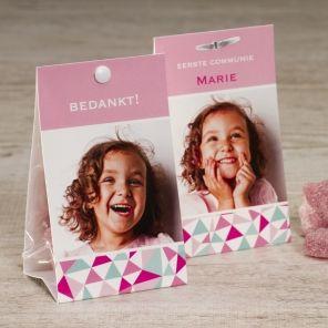 Roze snoepzakwikkel met kleurrijke print | Tadaaz #communie #lentefeest #foto #snoepzak #roze #driehoekjes #munt #bedankje