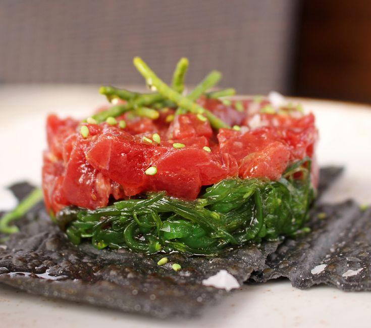 Ventresca de atum vermelho em cama de algas do restaurante Paralelo 38, em Conil