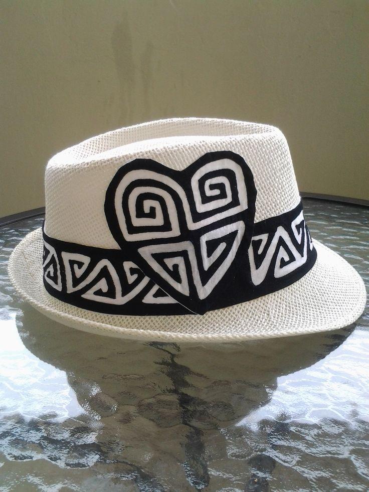 Sombrero con mola de diseño color negro y blanco.