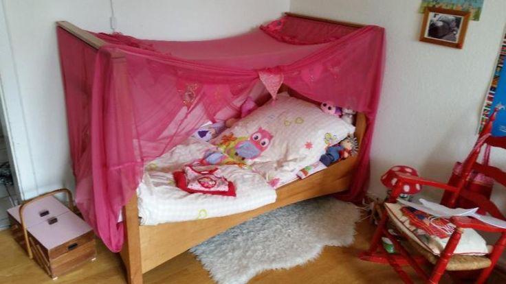Wir verkaufen das gut erhaltene Kinderbett unserer Tochter in der Größe 140 x 70 cm, vor Jahren eine Sonderanfertigung vom Möbeltischler. Das Bett ist massiv aus Erlenholz, besitzt keine Metallverbindungen und wurde lediglich mit wohngesunder Läsur behandelt.Eine Matratze gebe ich mit dazu.