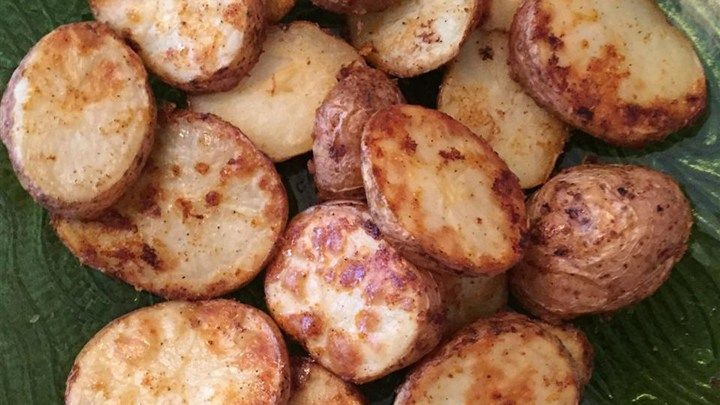 Red potatoes are coated in seasoned Parmesan cheese and roasted into crispy Parmesan potatoes great as a side dish for brunch or dinner.