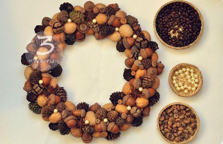 créer une couronne d'automne avec des noix, glands, perles blanches et pommes de pin