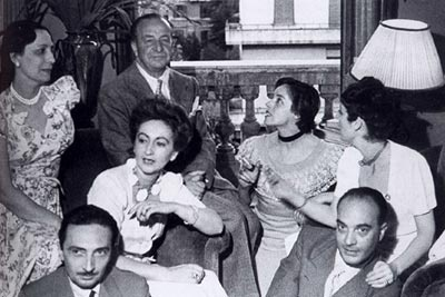 In casa Bellonci. Da sinistra a destra: Maria Bellonci, Aldo Palazzeschi, Alba de Céspedes, Anna Proclemer, Paola Masino. In primo piano: Vitaliano Brancati e Libero Bigaretti