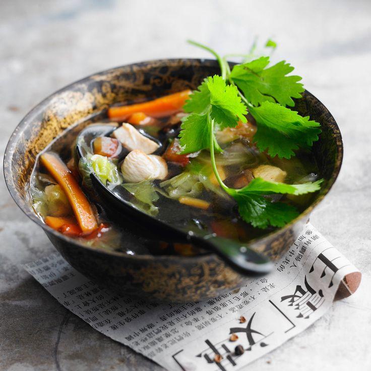 Découvrez la recette Soupe chinoise facile au poulet et aux légumes sur cuisineactuelle.fr.