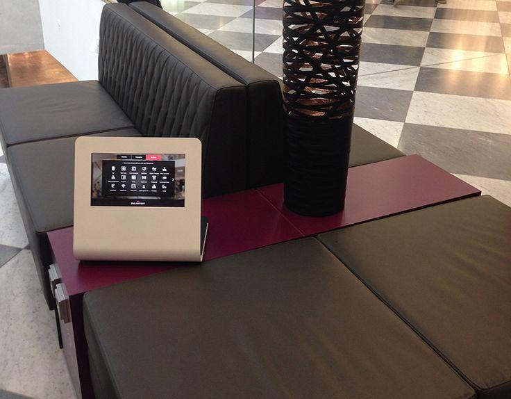 Bequemes Shopping: zwischen den Einkäufen können sich die Besucher  auf den Sofas erholen und mit den Tablets surfen