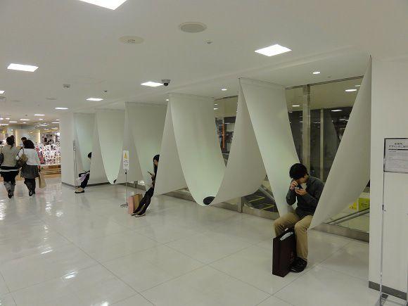 """ハンモックのような休憩所 /by Nakamura Ryuji /The Design Concept...The rest location between the pillar /ryuji nakamura & associates co.,ltd.http://www.ryujinakamura.com/ /Pouchの2010年の記事""""池袋西武本店7Fに「ハンモックのような休憩所」が出現!""""にリンクしています。建築家の中村竜治さんの作品でデザインコンセプトは""""柱の間の休憩場所""""とのことです。以前に私も物珍しさから座った事がありました。リンクの記事にある通り、見た目よりも頑丈な造りで安心して座れます。壁の部分は幅広いので個室という感じで結構くつろげました。 (edit 2016/6/24)"""