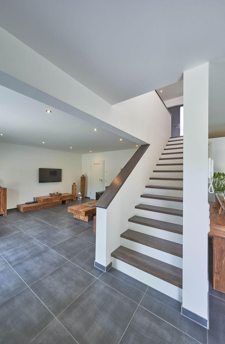 eingestemmte Treppe gerade Holztreppe graue Fliesen