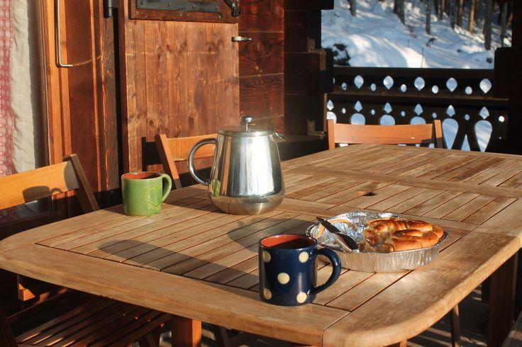 Brioche et café au lait avant de partir au pistes de Praz de Lys-Sommand !www.ChaletLeMoulin.co.uk