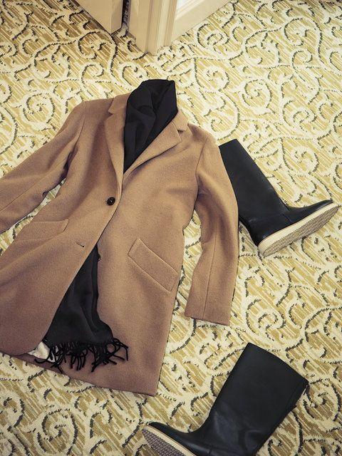 【ELLE】パリシックなコートとブーツでフォンテーヌブローの森を散策|エル・オンライン