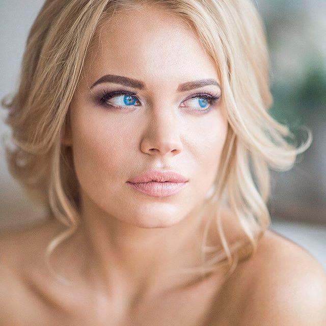 '💥Свадебный пакет : пробный образ + образ для невесты с выездом от визажиста @shigidinavizag и мастера по причёскам @_tretyakova__  9000₽. Образ для подружки невесты 4000₽ . 💥Пакет VIP (образ для невесты и трёх подружек, мужской макияж для жениха ( если сборы проходят в одном отеле ) 18600:1)пробный образ для невесты(причёска и макияж в студии), 2)образ для невесты с выездом в день торжества(причёска и макияж на территории невесты), 3)образ для троих девушек(подружки невесты). (Макияж и…