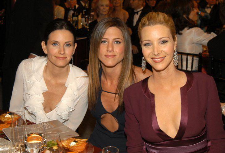 Pin for Later: Ces Photos du Cast de Friends Sur le Tapis Rouge Vont Vous Rappeler à Quel Point la Série Vous Manque  Les filles posant pour une photo à leur table lors des SAG Awards de 2003.