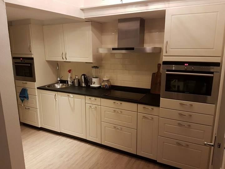 Helemaal blij met mn nieuwe keuken dankzij de krijtverf van Annie Sloan. Gedaan met Original White en afgewerkt met Annie Sloan lak. Groetjes Melise