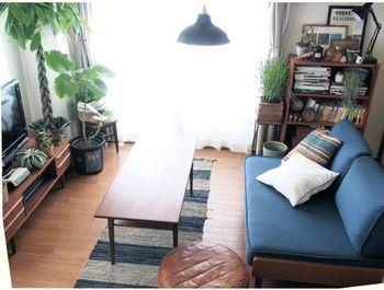 床やTVボード、ローテーブルやオットマンなどが濃いブラウン色。ブルーを合わせていますが、落ち着いた雰囲気となっていますね。色によ…