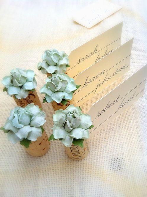 ワインコルクに切り込みを入れて造花をつけたアイデア席札。