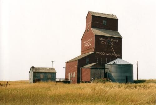 The last grain elevator in Wood Mountain. Unused, it dates to the late 1920s. David McLennan.**