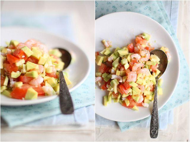 салат из креветок, авокадо и помидор