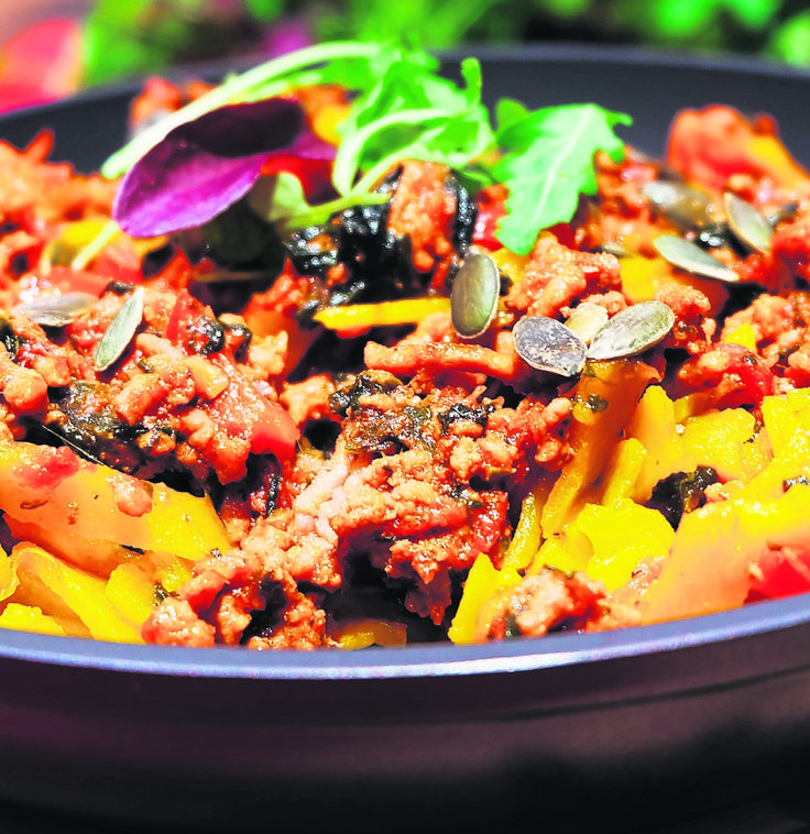 Pampoen-tagliatelle met maalvleis. Vir iets vinnigs maak lekker spinasie en maalvleis saam met klaargekoopte  pampoen-tagliatelle.