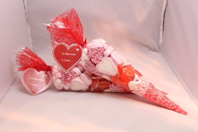 Usa bolsas de celofán con forma de cono para crear de manera rápida y fácil tus regalos de San Valentín. Puedes conseguirlas en tiendas de m...