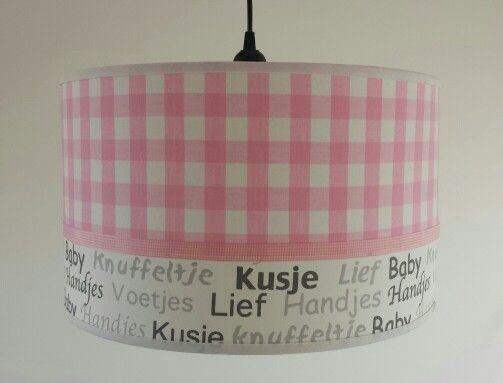 hanglamp met tekst en licht roze blok