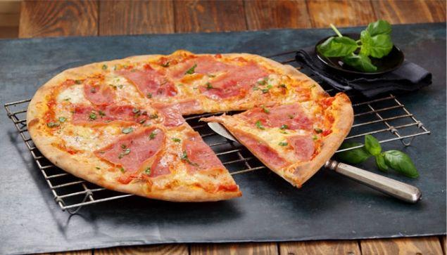 Domácí pizza se šunkou a mozzarellou