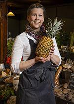 Ananasakäämä ja hallista saa ananaksen kuorittuna.