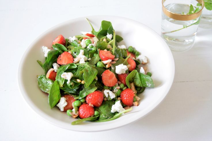 Gezonde en frisse spinazie salade met aardbeien, doperwten, geitenkaas, pijnboompitten. Ook lekker met wat fijngesneden stukjes rabarber! | Jouw Fabriek