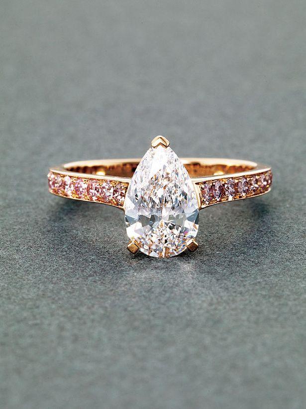 純白の輝きにピンクの甘さを効かせてペアシェイプブリリアントカットが目を惹くファッショナブルなリング。グラフのエンゲージリング・婚約指輪のまとめ一覧♡