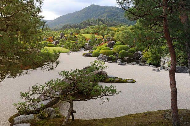 Jardin japonaisLe musée d'art Adachi est un musée d'art moderne entouré d'un jardin japonais considéré comme étant l'un des plus beaux du Japon. Ouvert en 1970, ce somptueux musée-jardin de 16500m² fut construit par le collectionneur et homme d'affaires Adachi Zenko.